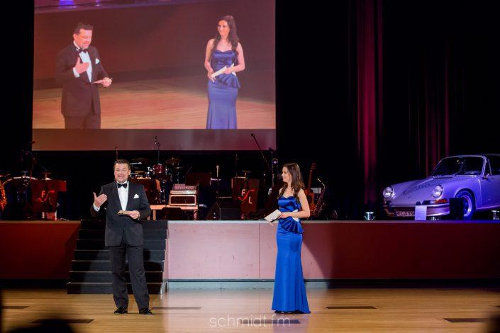 Gala Moderatorin auf der Bühne mit Kollegen
