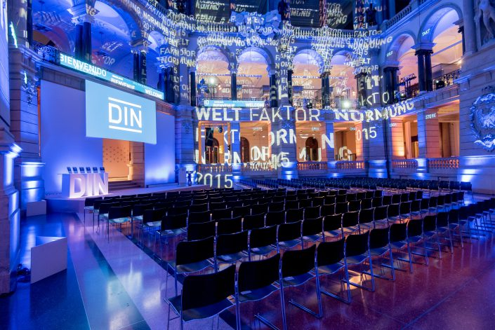 Veranstaltungshalle Museum der Kunst in Berlin für DIN Veranstaltung 2015, Moderatorin Susanne Schöne