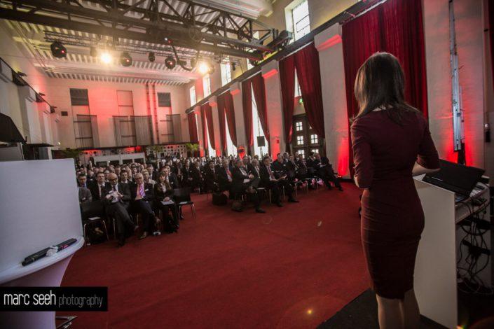 Eventmoderatorin Susanne Schöne vor Publikum