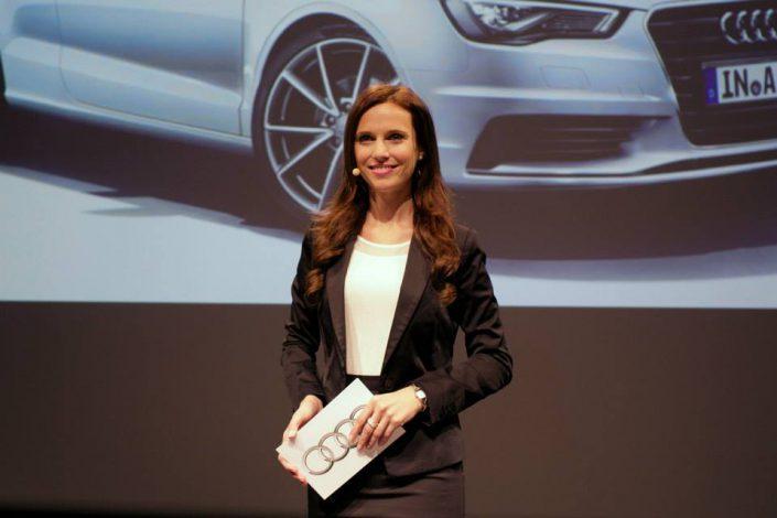 IAA Moderatorin aus München auf Bühne für Audi