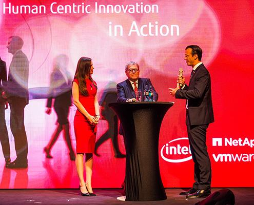 Moderatorin Susanne Schöne mit Norbert Haug