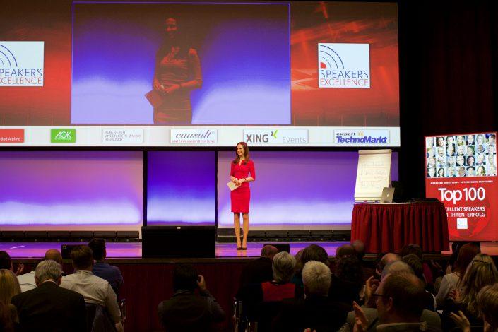 Moderatorin auf Bühne