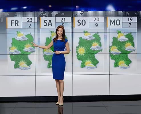 N24 Moderatorin vor Wetterkarte