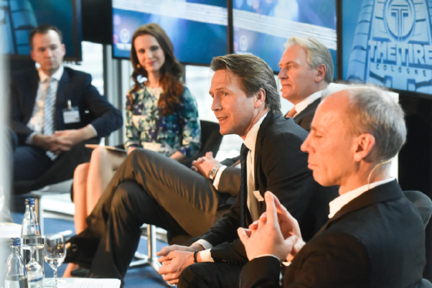 Moderatorin und Eventmoderatorin Susanne Schöne aus München moderiert eine Pressekonferenz in Köln