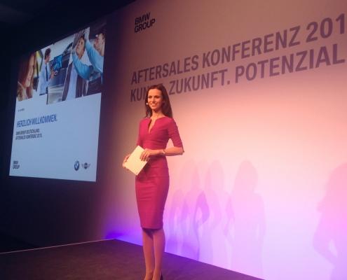 Automobil Moderatorin Susanne Schöne moderiert eine Konferenz für BMW in München Bayern. Buchen Sie die erfahrene Eventmoderatorin gerne auch für ihre Veranstaltung in Hamburg, Köln, Stuttgart oder Berlin