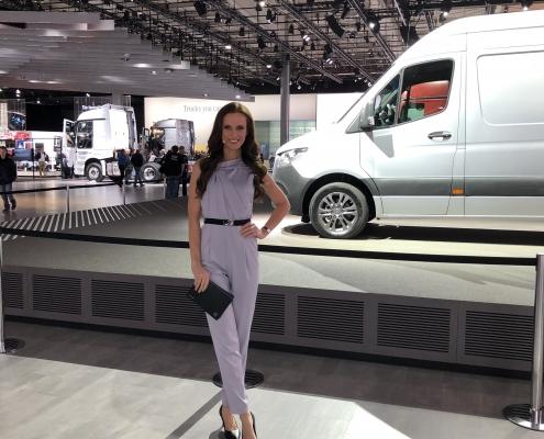 Moderatorin Susanne Schöne für Daimler auf der IAA in Hannover