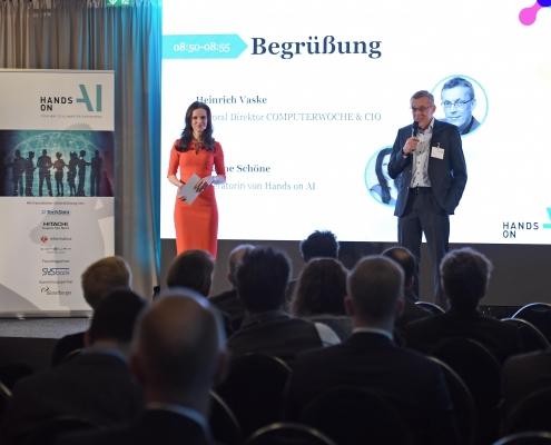 Moderatorin Susanne Schöne aus München auf der Bühne zum Thema Künstliche Intelligenz in Köln