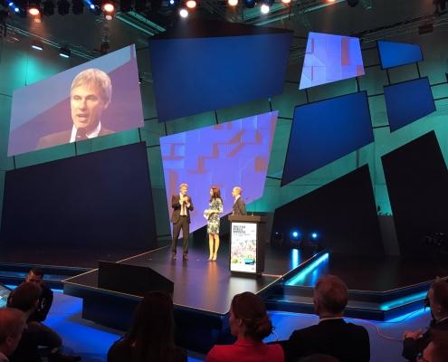 Moderatorin Susanne Schöne aus München moderiert eine Veranstaltung sowie eine Messe zum Thema Digitalisierung in der Verwaltung in Berlin