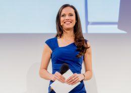 Moderatorin Susanne Schöne aus München und Berlin moderiert eine Veranstaltung in Regensburg, Bayern