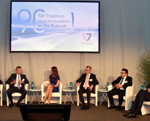 Eventmoderatorin Susanne Schöne moderiert Podiumsdiskussion zum Thema Automobil in Frankfurt