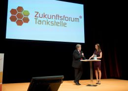 Moderatorin auf Bühne Berlin interview