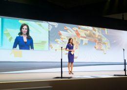 Moderatorin auf der Bühne für Renault - Automobil