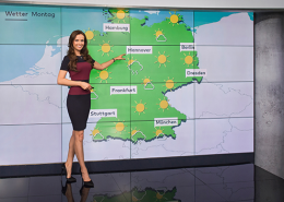 Wetterfee vor Wetterkarte