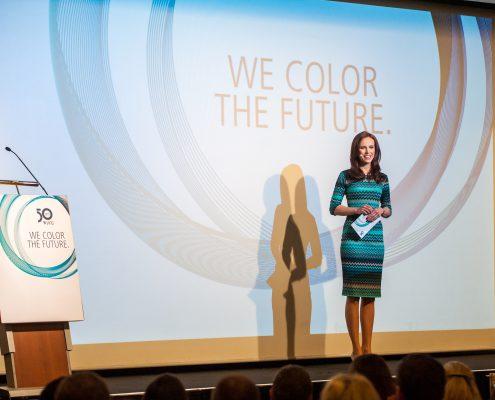 Eventmoderatorin Susanne Schöne aus München moderiert einen Kongress in Frankfurt