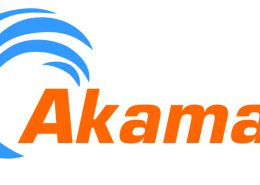 Moderatorin Susanne Schöne moderiert einen Kongress für Akamai