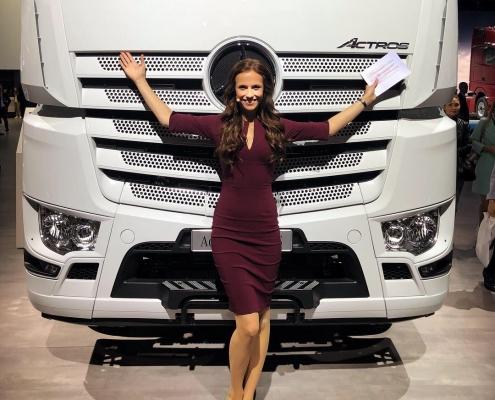 Moderatorin Susanne Schöne aus München auf der Bühne zum Thema Automobil & Trucks