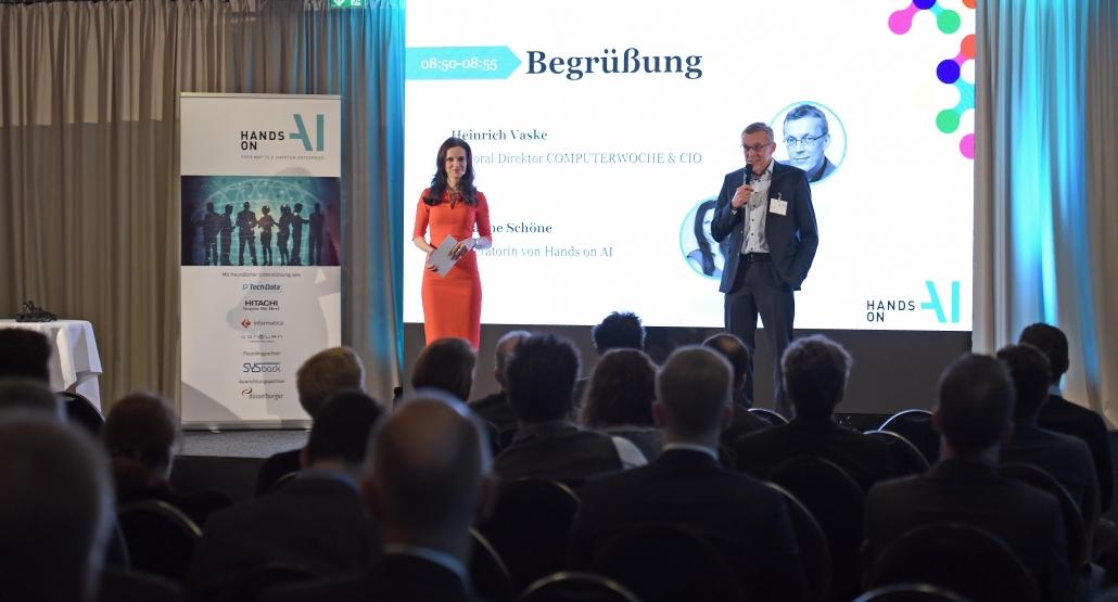 Moderatorin für Digitalisierung Susanne Schöne aus München auf der Bühne zum Thema Künstliche Intelligenz in Köln