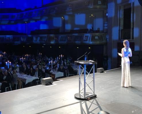 Galamoderatorin Susanne Schöne aus München moderiert den TYPO3-Award in Berlin