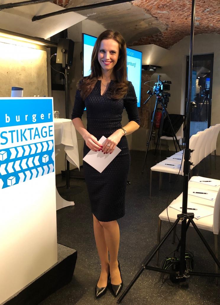 Eventmoderatorin Susanne Schöne moderiert die 17. Hamburger Logistiktage in Hamburg