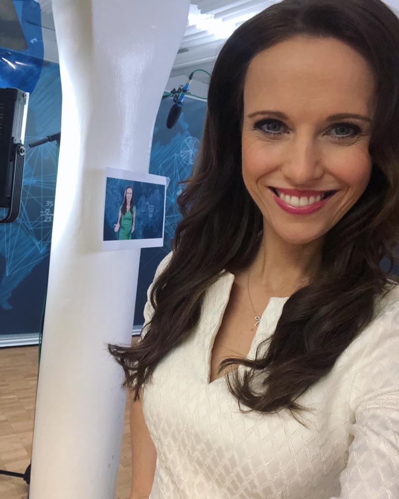 Brünette Moderatorin Susanne Schöne für Event, Gala, Kongress, TV für den Raum Stuttgart Baden-Württemberg - hier bei einem Dreh in Karlsruhe