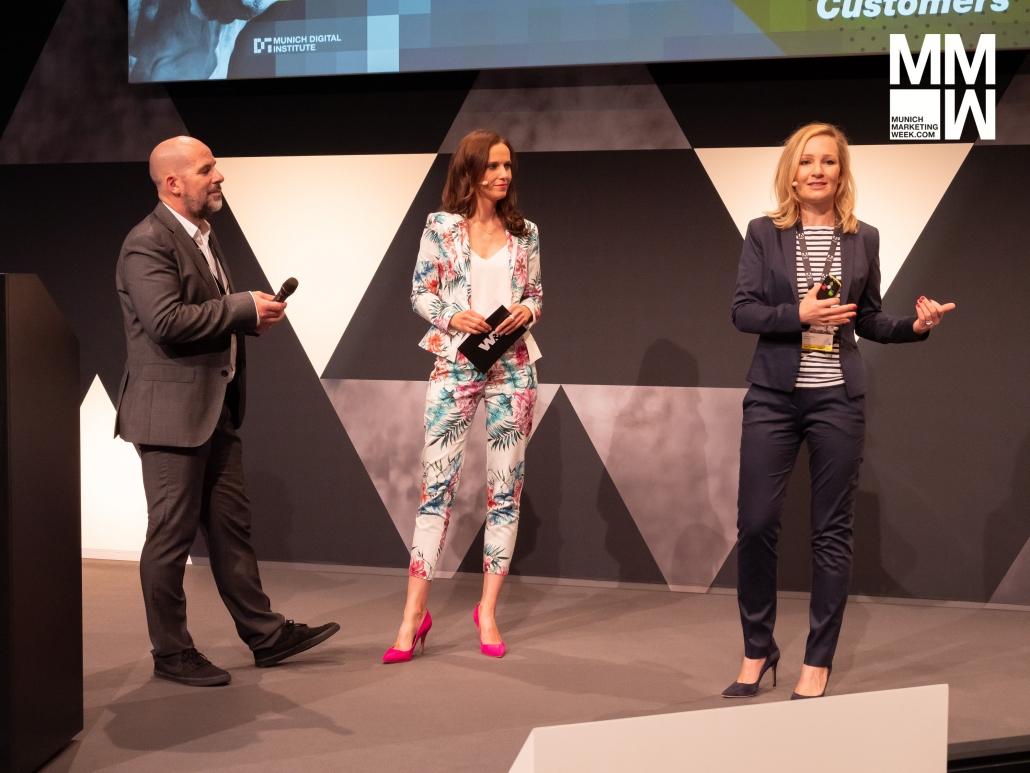 Moderatorin Susanne Schöne aus München moderiert eine Veranstaltung aus dem Bereich Digitalisierung