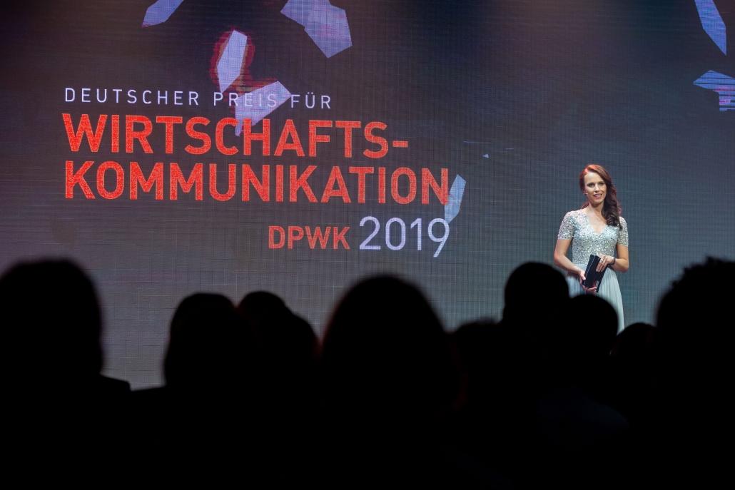 Moderatorin Susanne Schöne aus München moderiert eine Preisverleihung in Berlin