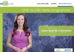 Brünette Moderatorin Susanne Schöne moderiert ein Online Newsformat