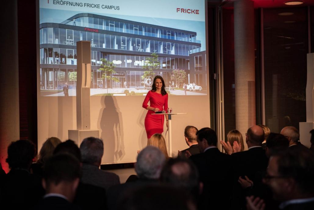 Moderatorin Susanne Schöne aus München moderiert die feierliche Eröffnung des FRICKE Campus in der Nähe von Hamburg , Branche: Landtechnik Agrar Landmaschinen