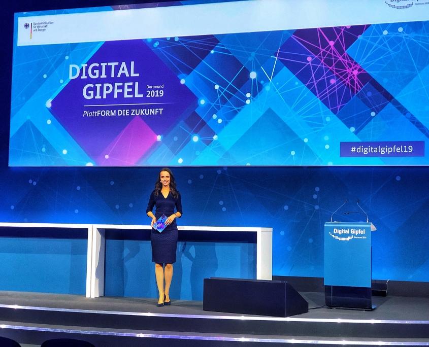Eventmoderatorin / Kongressmoderatorin /Moderatorin/ Moderator für alle Themen rund um die Digitalisierung: Susanne Schöne aus München moderiert den Digitalgipfel der Bundesregierung in Dortmund 2019