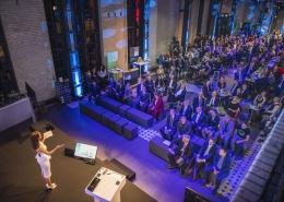 """Eventmoderatorin Susanne Schöne aus München moderiert die Awards-Bverleihung des """"DIN Preises"""" in Berlin"""